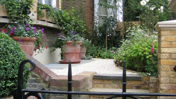 Traditional Hampstead Garden by Shoots and Leaves